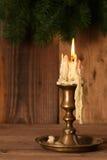 灼烧的老蜡烛葡萄酒古铜烛台 库存照片