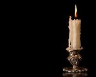 灼烧的老蜡烛葡萄酒银古铜烛台 黑色背景 免版税库存照片