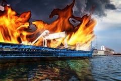 灼烧的船 免版税库存照片