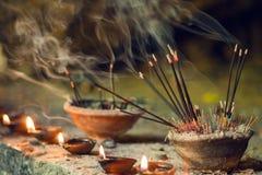灼烧的芳香香火棍子 为祈祷菩萨或印度神表示尊敬激怒 免版税库存图片