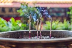灼烧的芳香香火棍子 祈祷的菩萨或H香火 免版税库存图片