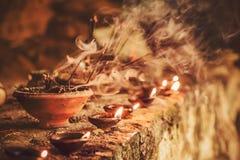 灼烧的芳香香火的烟黏附在寺庙里面 为祈祷菩萨或印度神表示尊敬激怒 库存图片