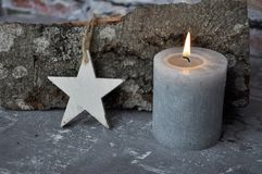 灼烧的蜡烛、星和木头在混凝土宿营 库存照片