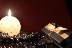 灼烧的蜡烛、礼物盒和圣诞节装饰 免版税库存图片