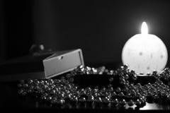 灼烧的蜡烛、礼物盒和圣诞节装饰 免版税图库摄影