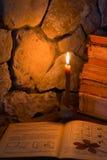 灼烧的蜡烛和旧书 免版税库存图片
