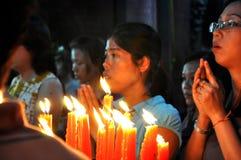 灼烧的蜡烛和祈祷的人在越南塔 免版税库存照片