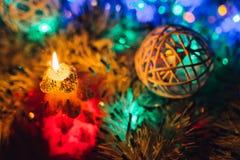灼烧的蜡烛圣诞节装饰 充满欢乐心情的典雅的低调射击 免版税库存图片