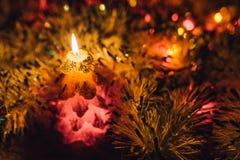 灼烧的蜡烛圣诞节装饰 充满欢乐心情的典雅的低调射击 免版税库存照片