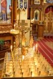 灼烧的蜡烛在象前面的教会里 库存照片