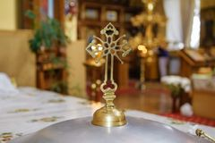 灼烧的蜡烛在象前面的教会里 免版税图库摄影