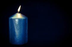 灼烧的蜡烛有黑背景 免版税库存图片