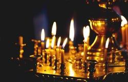 灼烧的蜡烛浅的教会dof 免版税库存图片