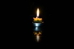 灼烧的蜡烛烛台 免版税库存照片