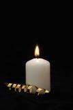 灼烧的蜡烛金黄丝带 免版税库存图片