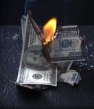 灼烧的货币 免版税库存照片