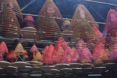 灼烧的香火五颜六色的灯笼在一个老中国寺庙的 免版税库存图片
