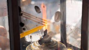 灼烧的香火和蜡烛 免版税图库摄影
