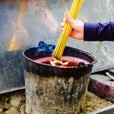 灼烧的香火在寺庙火罐黏附 免版税库存照片