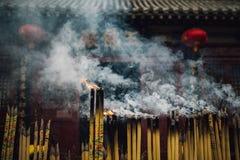 灼烧的香火寺庙 库存图片
