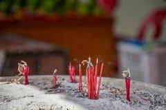 灼烧的香火棍子和烟在香火罐 香火为 免版税库存照片