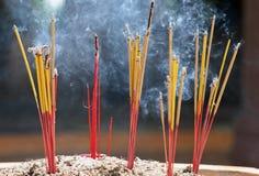 灼烧的香火棍子 免版税库存照片