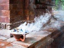 灼烧的香火,加德满都,尼泊尔 免版税库存照片