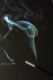 灼烧的香火黏附与烟在黑暗的背景 免版税库存图片