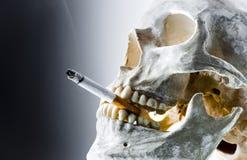 灼烧的香烟头骨 免版税库存图片