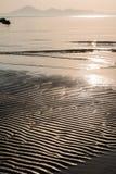 灿烂光辉在沙子的海滩波纹 免版税库存照片