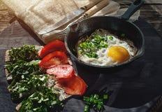 炒蛋和三明治用乳酪、绿色和蕃茄在一个土气样式 艺术 图库摄影