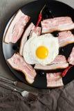 炒蛋用在一个黑色的盘子的烟肉,顶视图 一顿开胃早餐 库存照片