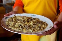 炒蛋用在板材的新鲜的被磨碎的黑块菌 免版税库存图片