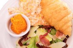 炒蛋用干蕃茄、新鲜的沙拉和少许和b 免版税库存照片