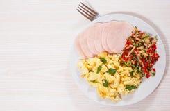 炒蛋用火腿和沙拉 免版税库存图片