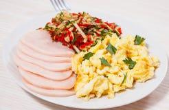 炒蛋用火腿和沙拉 库存照片