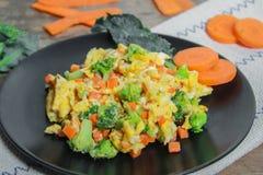 炒蛋用红萝卜和硬花甘蓝 库存照片