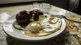 炒蛋用罐装蕃茄早餐 免版税库存照片