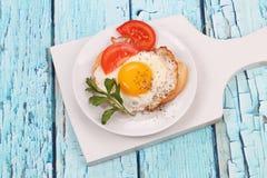 炒蛋,炒蛋,炒蛋,煎蛋卷,鸡蛋,白色,卵黄质,油煎,敬酒,多士,面包,白色,大面包,荷兰芹,gr 库存照片