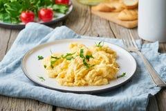 炒蛋,煎蛋卷,侧视图 早餐用pan-fried鸡蛋,茶,在老土气木桌上的蕃茄 库存图片