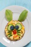炒蛋滑稽的兔宝宝孩子早餐 图库摄影
