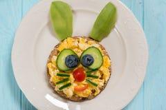 炒蛋滑稽的兔宝宝孩子早餐 库存图片