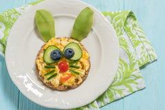 炒蛋滑稽的兔宝宝孩子早餐 免版税库存照片