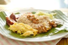 炒饭与在香蕉叶子的虾酱混合了 免版税库存图片