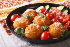 炒饭球和新鲜蔬菜沙拉在板材 horizonta 免版税图库摄影