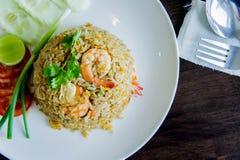 炒饭用在一个白色盘的虾在泰国foo的木桌上 库存照片