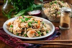 炒饭用虾和菜在板材服务 免版税库存照片