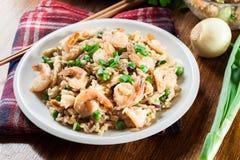 炒饭用虾和菜在板材服务 库存图片