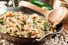 炒饭用虾和菜在煎锅 库存图片