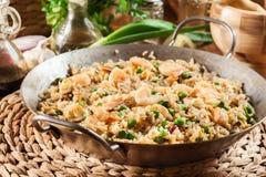 炒饭用虾和菜在煎锅 免版税图库摄影